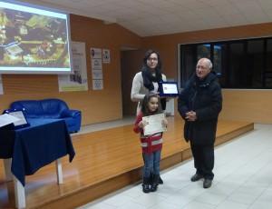 La seconda classificata Lucia Maio, premiata dal Parroco Don Mariano Spera